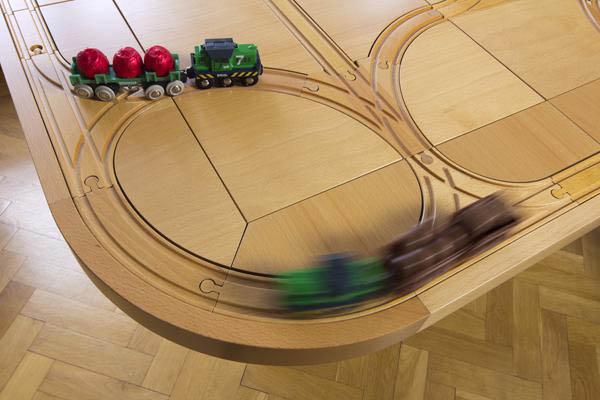 Обеденный стол с детской железной дорогой