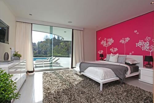 Стена, покрашенная в яркий цвет с виниловыми наклейками
