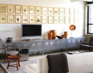 Пример оформления стен фото рамками