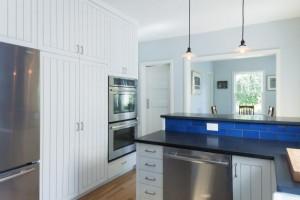 Кухня в светлых тонах с ярко-синим фартуком