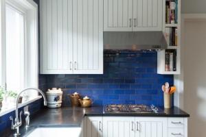 Ярко голубая плитка для фартука на кухне