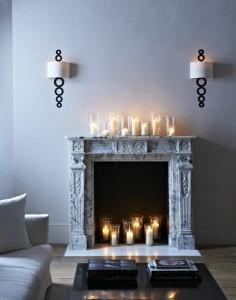 Камин со множеством заженных свечей