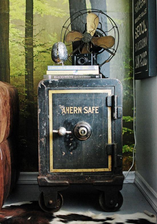 Старинный сейф с надписью