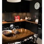 Кухня с черной глянцевой мебелью