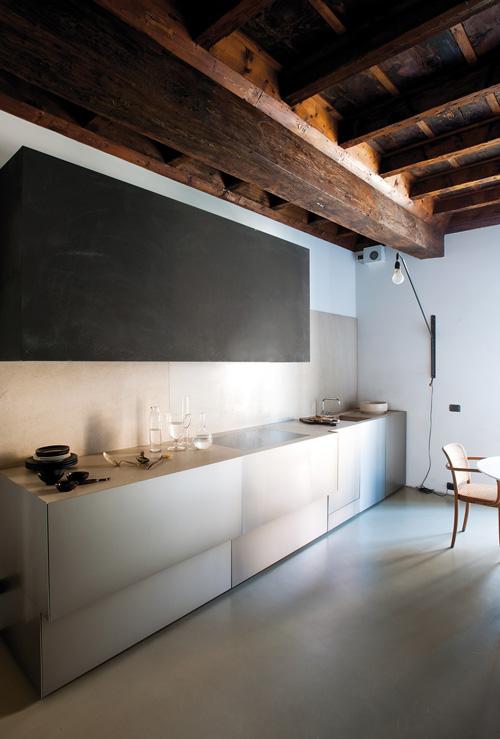 Продолговатая кухня с минималистичном стиле