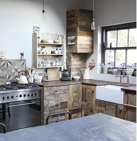 Самодельная кухня из старых досок