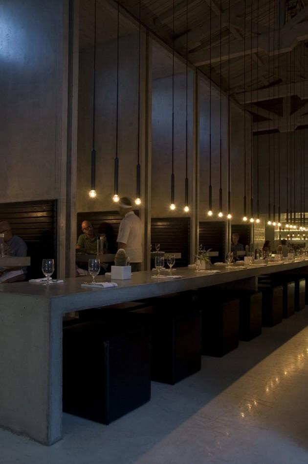 Лампы на длинном черном проводе
