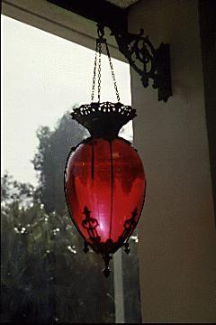 Красный фонарь в ретро стиле