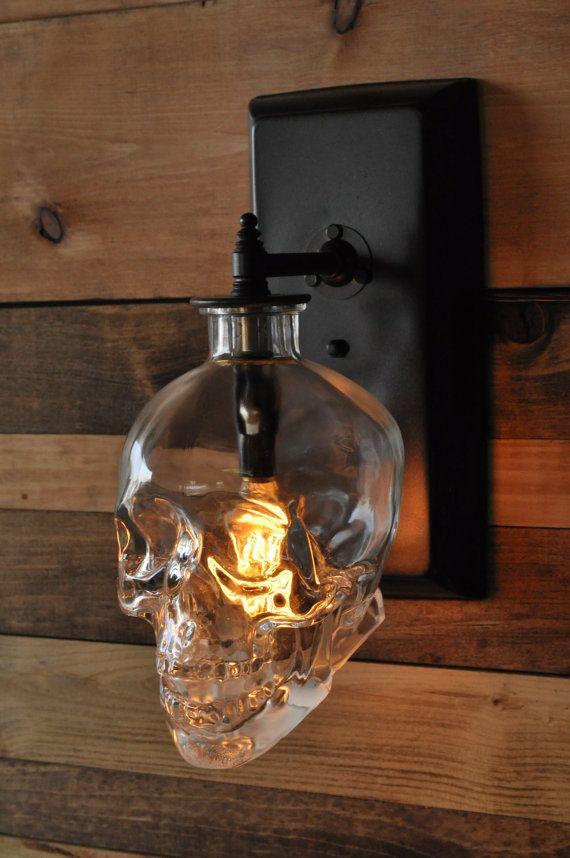 Стеклянный светильник в форме черепа