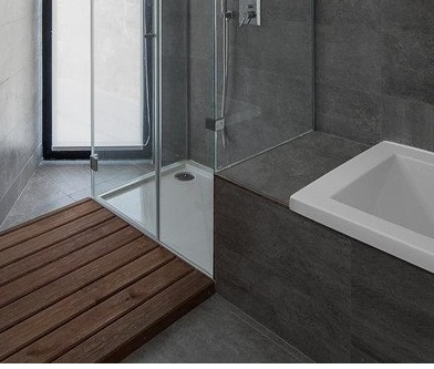 Серый, белый и натуральное дерево в интерьере ванной