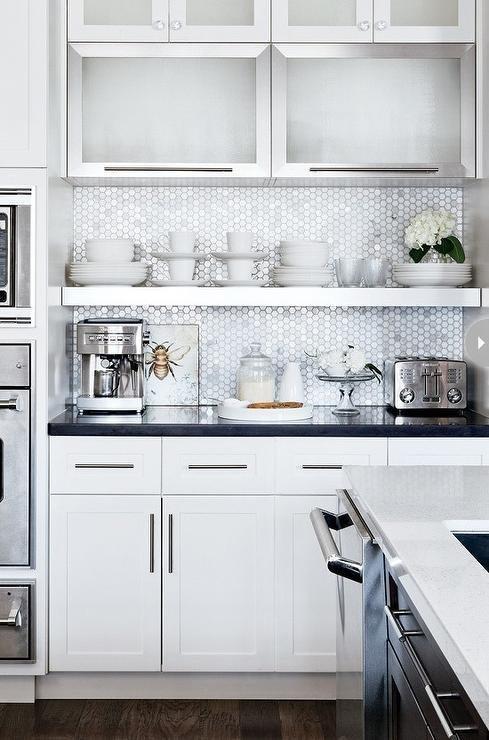 Открытые белые полки на современной кухне