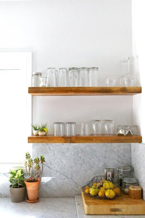 Деревянные полки на кухне без крепления