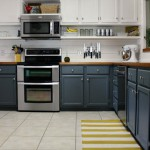 Длинные открытые полки на кухне