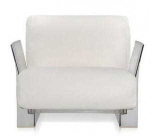 Белое мягкое кресло на пластиковом каркасе