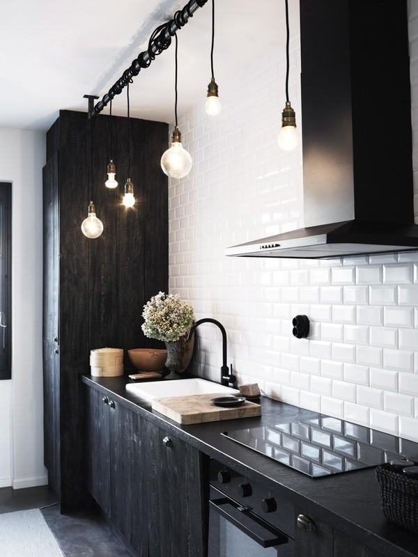 Темные столешницы и белая плитка в стиле Метро