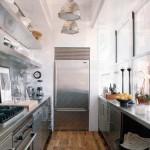 Дизайн кухни со множеством элементов из нержавеющей стали