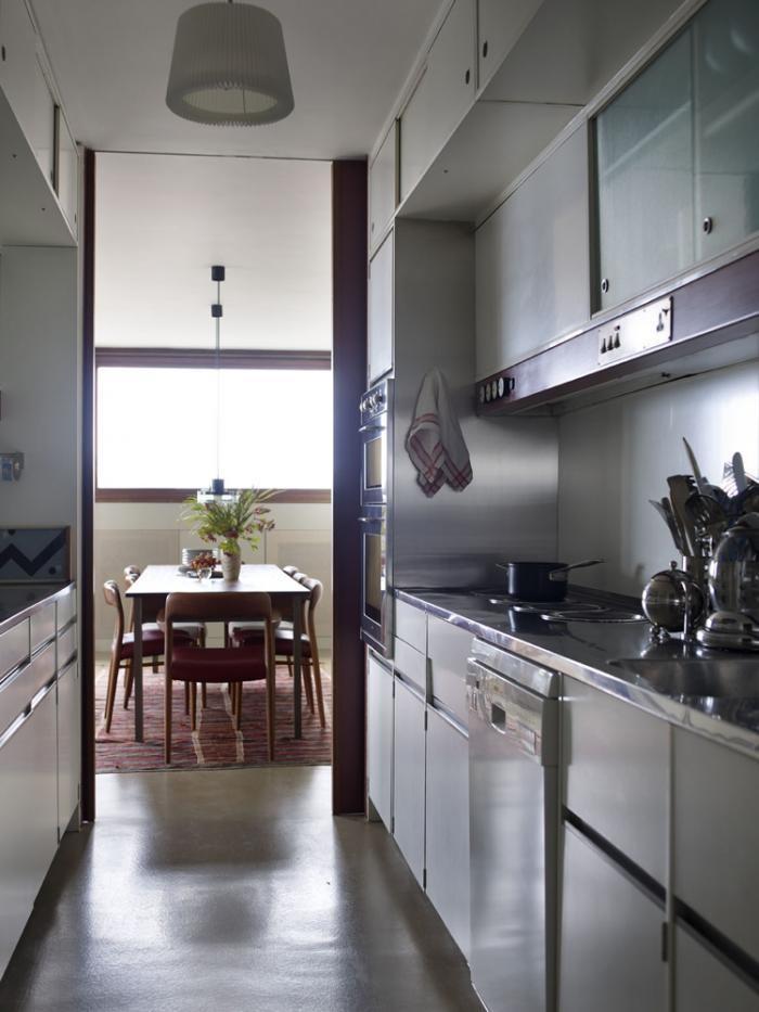 Современная продолговатая кухня и столовая