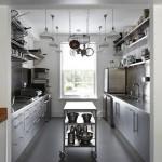 Вытянутая кухня и передвижной сервировочный столик
