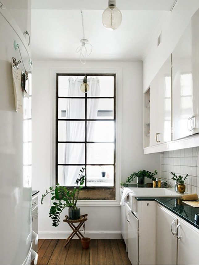 Белая длинная кухня с темной рамой в торце