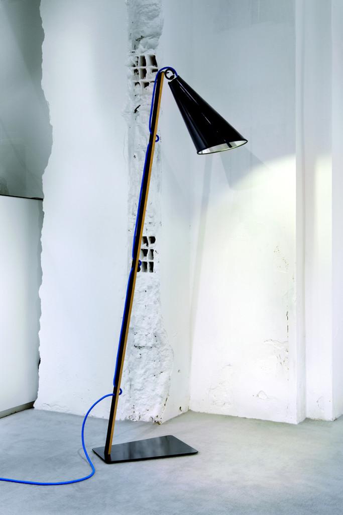 Современный торшер направленного света в минималистичной манере