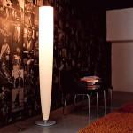 Напольная лампа конической формы на круглой подставке