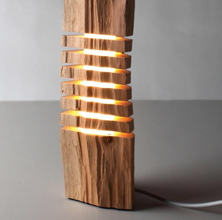 Напольный светильник в виде массивного деревянного столба натурального цвета и формы