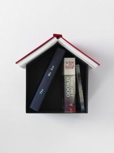 Миниатюрная книжная полка на несколько книг