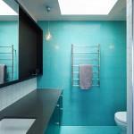 Ванна оформленная плиткой бирюзового цвета