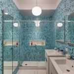 Современная ванная комната -- стекло и мелкая плитка контрастных цветов