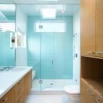 Светло-голубая плитка в ванной комнате