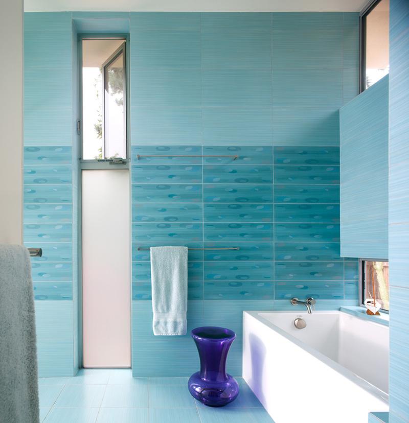 Ванна в голубых оттенках плитки