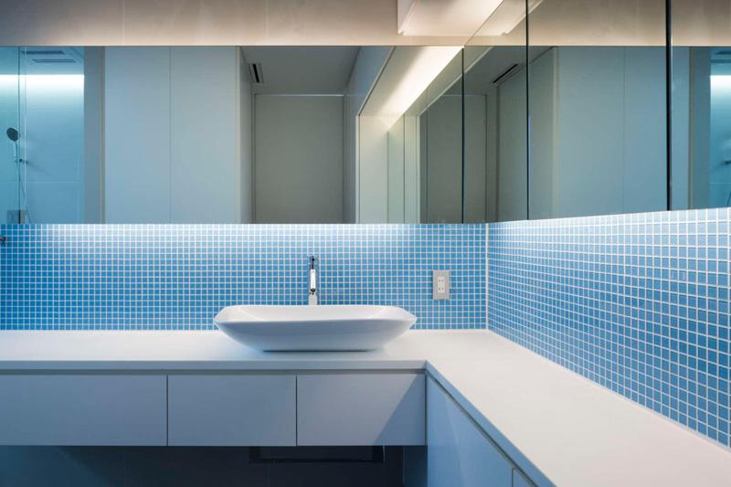 Ванная комната с большим зеркалов вдоль стен