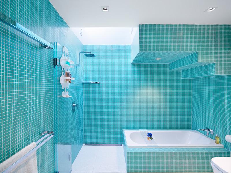 Ярко голубая плитка в оформлении ванной комнаты