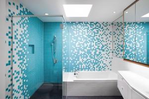 Интерьер ванной, оформленный в сочетании мелкой плитки белого и голубого цвета