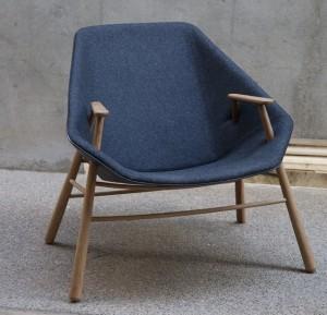 Удобное домашнее кресло с оригинальными подлокотниками