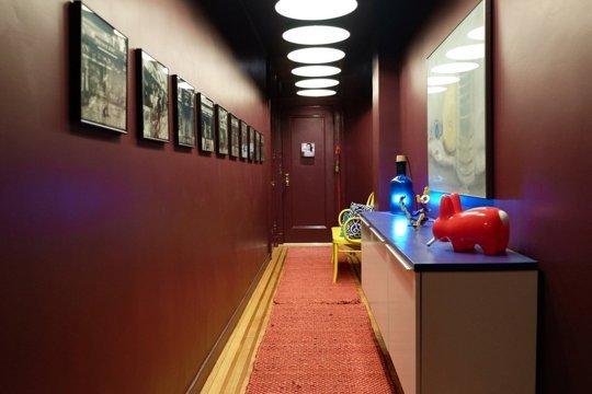 Дизайн длинного коридорв в современной квартире