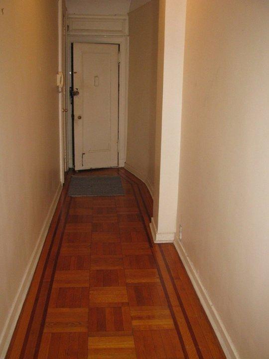 Продолговатый коридор до ремонта и смены интерьера