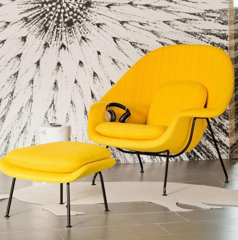 Ярко желтое кресло в нейтральном интерьере