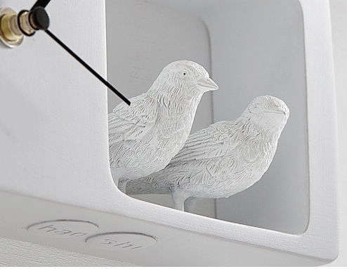 Часы белого цвета с фигурками птиц