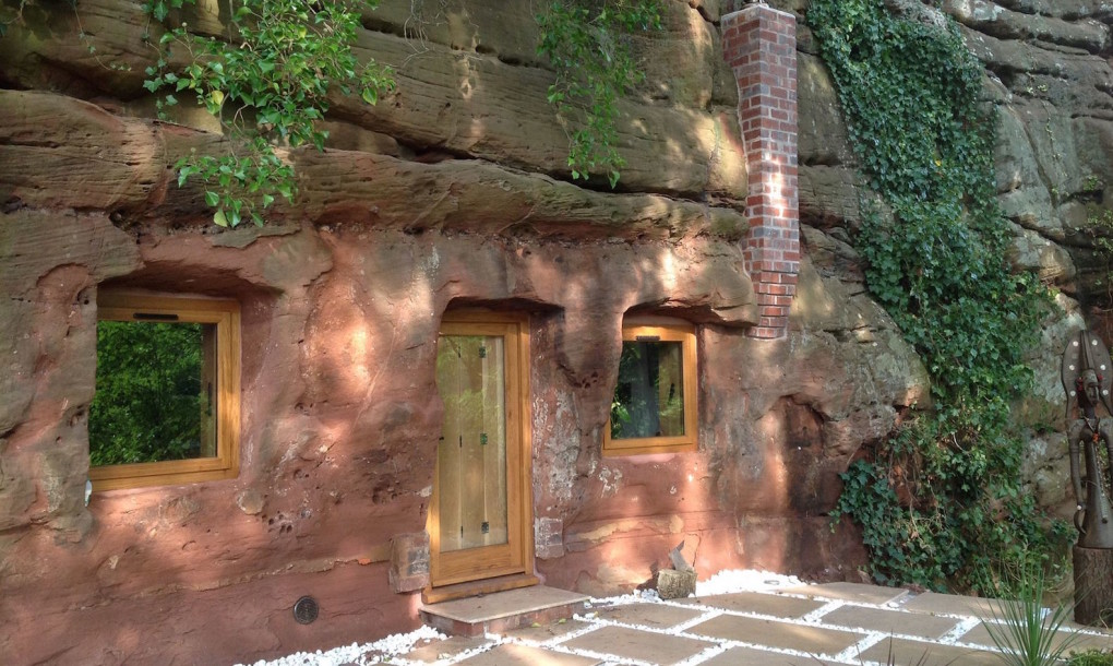 Песачнная пещера превратилась в комфортабельный дом