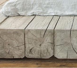 Оригинальная кровать из массивного дерева