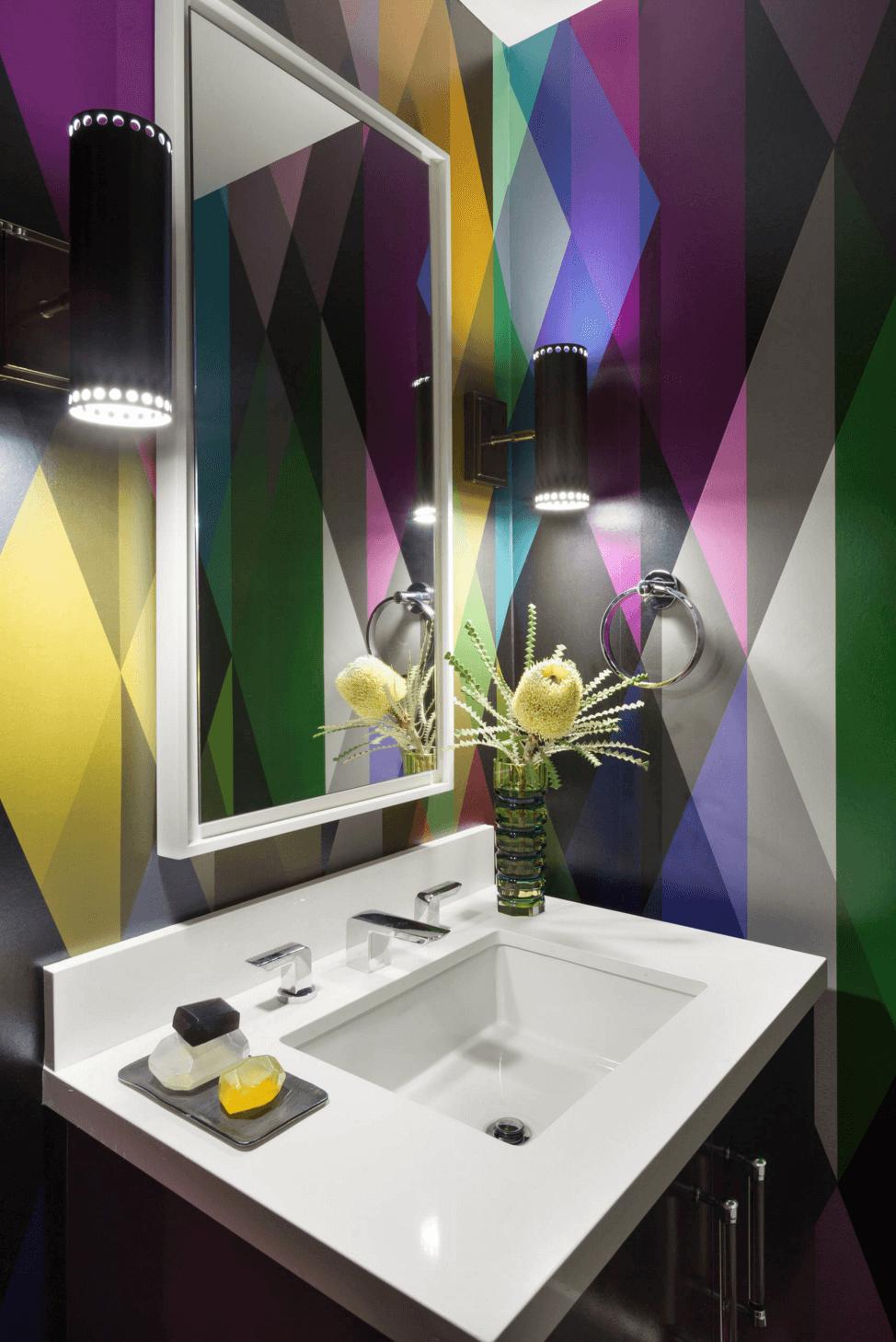 Геометрические узоры на стенах в ванной