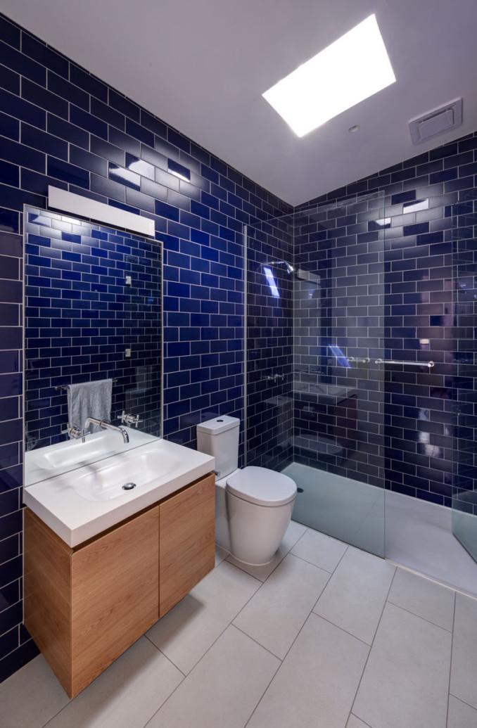 Идея дизайна ванной комнаты - смешивать и сочетать глянцевая и матовая плитка