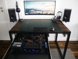 компьютер в выдвижном ящике стола