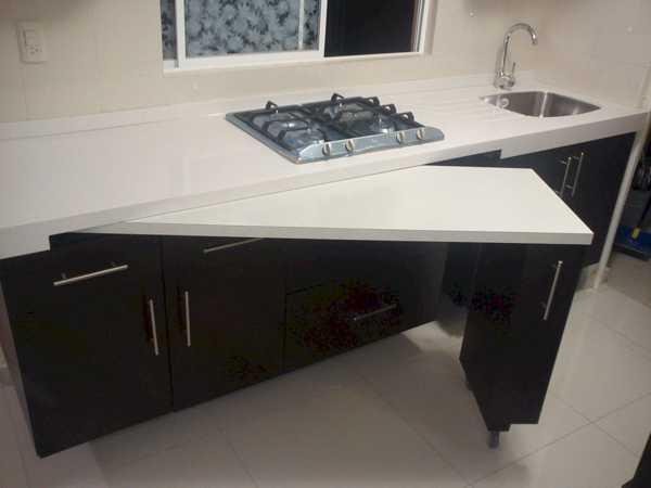 убирающийся стол на кухне
